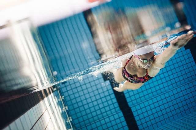 水泳をして体を鍛える人