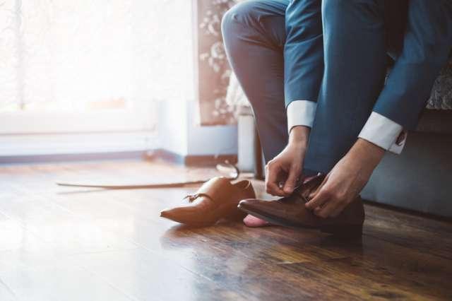 革靴を履くビジネスマン