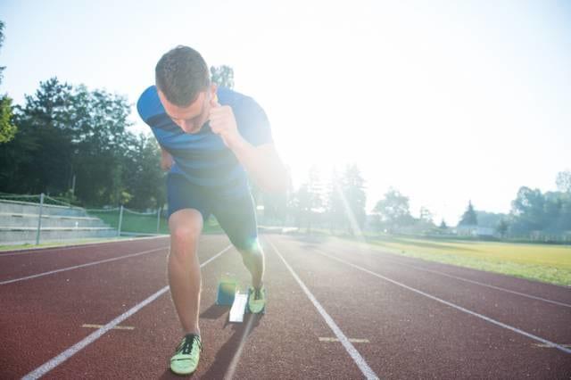 短距離走を走る選手