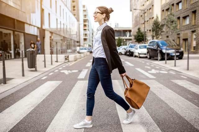 楽しそうに歩く女性