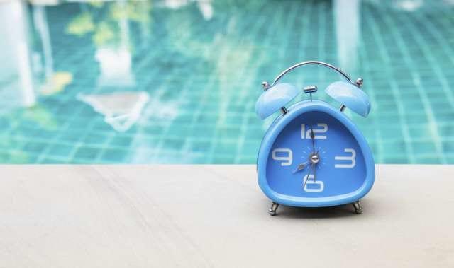 プールサイドにある時計