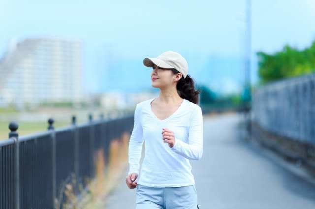 運動としてウォーキングをする女性
