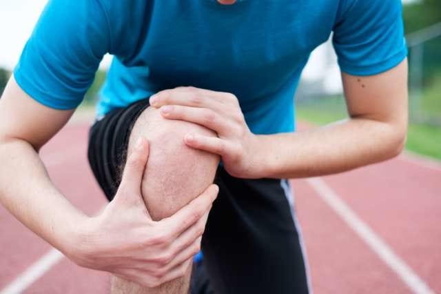 膝を痛めるランナー