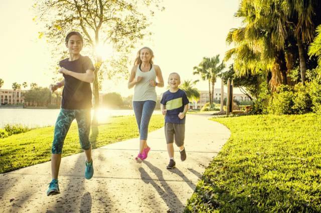 スポーツウェアを着て走る子供