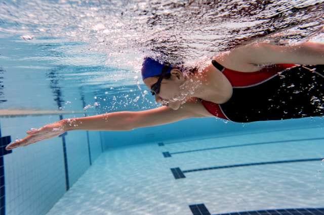 25mプールを泳ぐ人