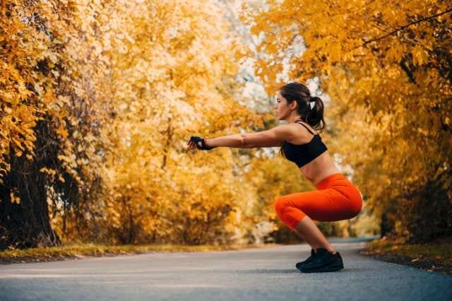 スクワットトレーニングをする女性