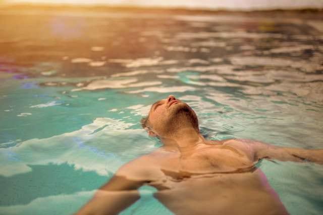 プールでリラックスする男性