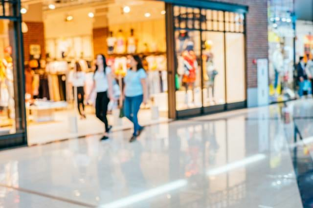 ショッピングモールを歩く人