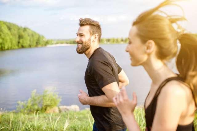 夏のランニングを楽しむ男女