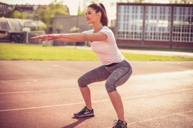ダイエットのためにスクワットをする女性