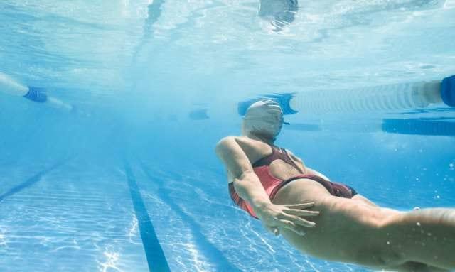 ダイエットのために泳ぐ人