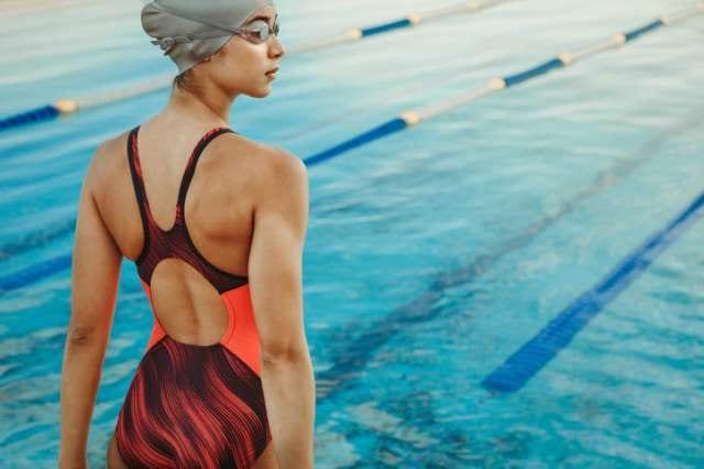 プールサイドに立つ水泳選手