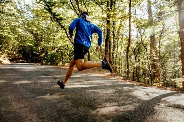 マラソンの練習をするランナー