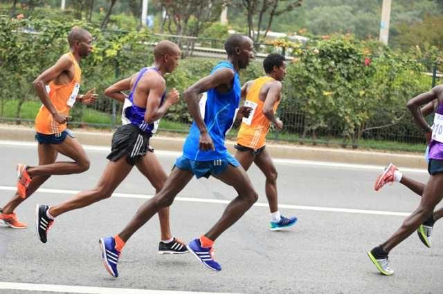 マラソンを走るペースメーカーと先頭集団