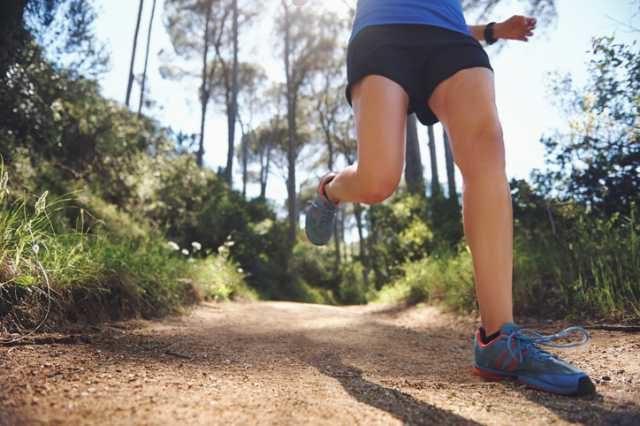 トレイルを走るランナー