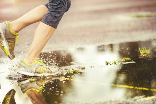 雨の中ランニングする人の足元