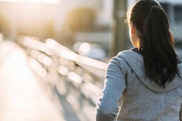カロリーを消費するために歩く女性