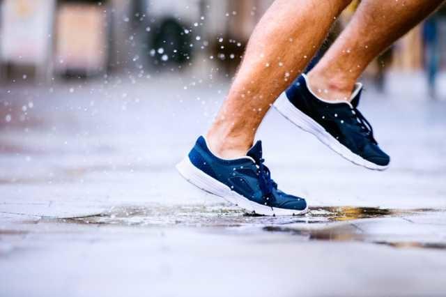 雨の中走るランナーの足元