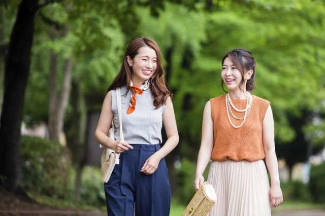 歩く女性二人