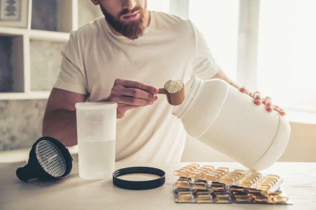 プロテインを作る男性