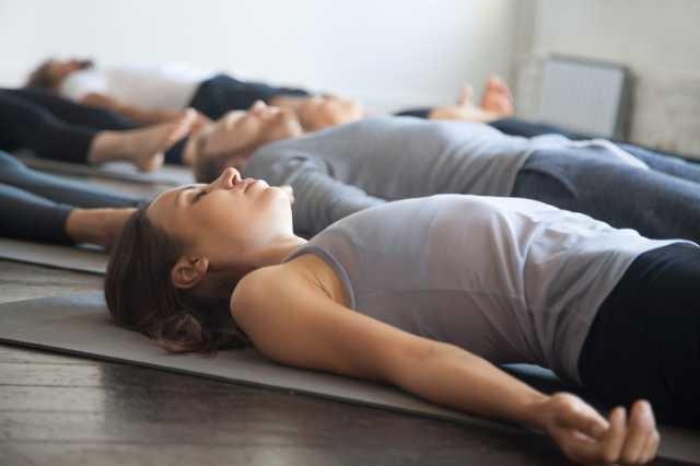 腹式呼吸の練習をする人たち