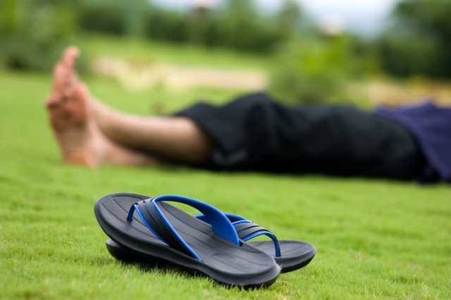 芝生の上のリカバリーサンダル