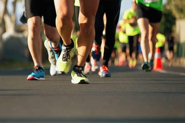 フルマラソンを走るランナーたち