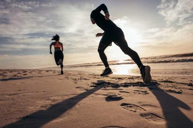砂浜を走るランナーたち