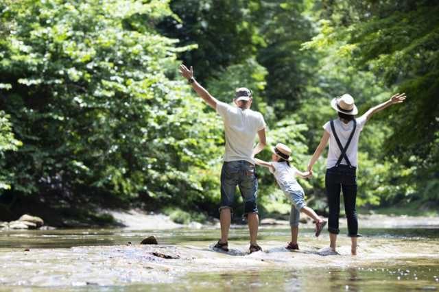 川辺で楽しむ家族