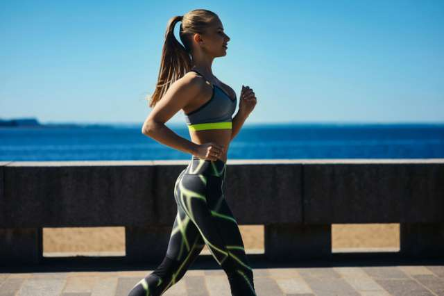 ダイエットのために走る女性