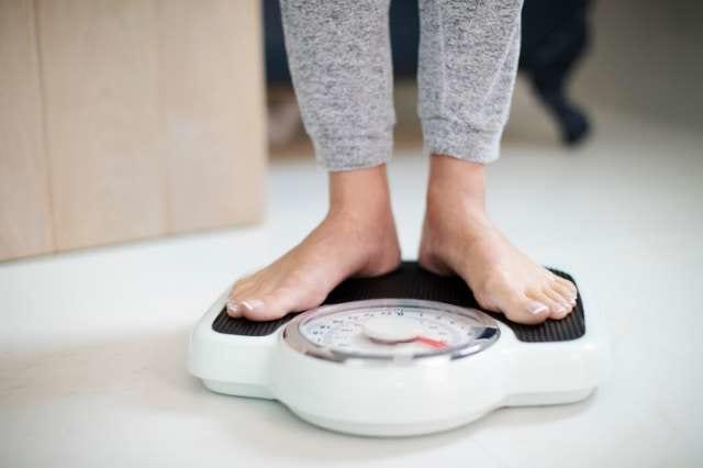 体重を測る人