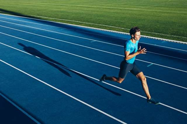 高速トラックを走る陸上選手