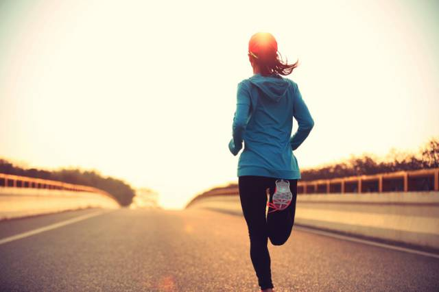 走るマラソンランナー