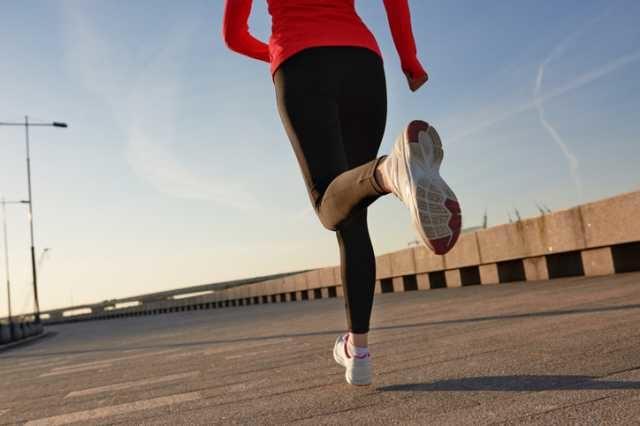 走る女性の足元