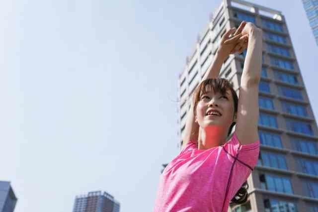 夏に運動する女性