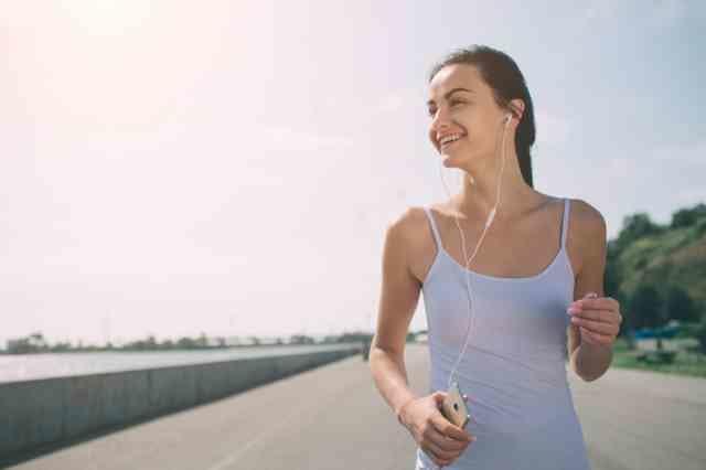 ダイエットのためにウォーキングする女性