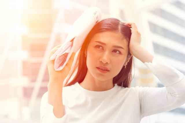 強い紫外線を浴びる女性