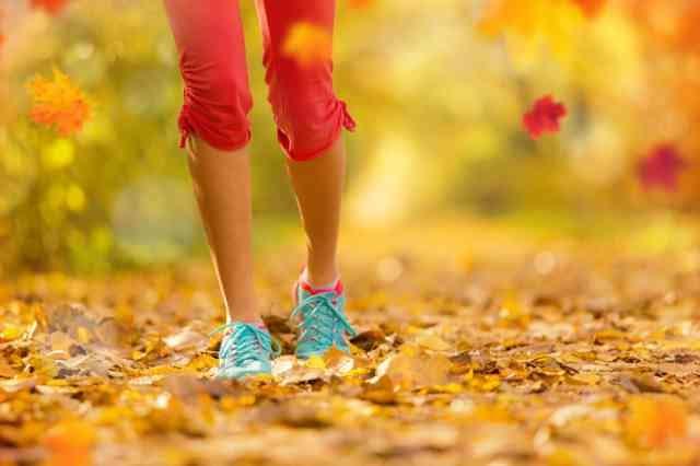 秋にウォーキングする人