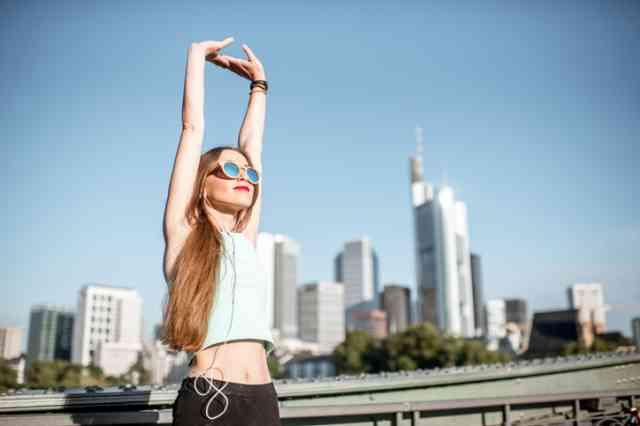 強い陽射しの夏に運動する女性