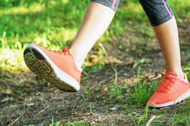 歩く人の足