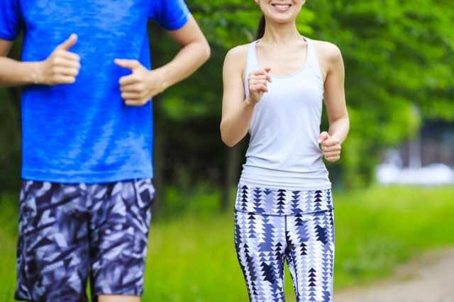 フィットネスウェアを着てジョギングする男女