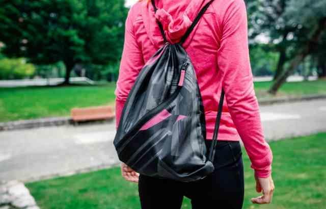 バッグを持ってウォーキングする女性