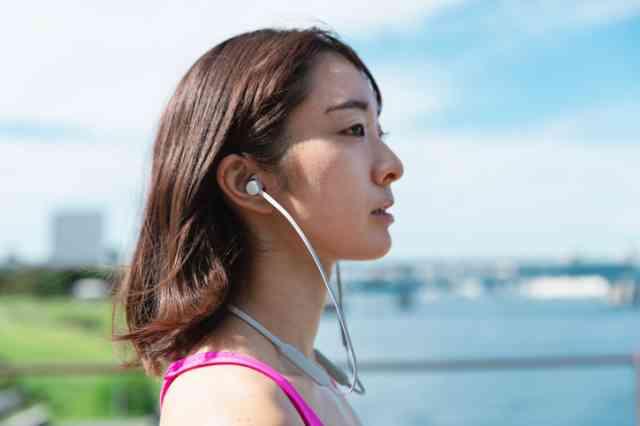 Bluetoothイヤホンを装着した女性