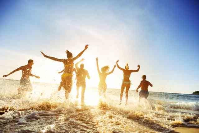 海で遊ぶ男女