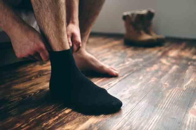 靴下を履く男性