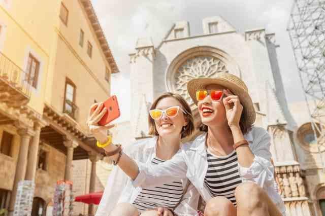 旅行で観光地巡りをする女性二人