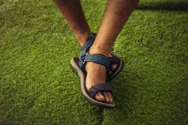 スポーツサンダルを履いた男性の足元