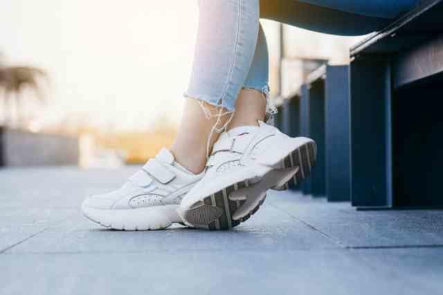 クッション性のある靴を履いた人