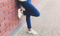 歩きやすい靴を履いた女性