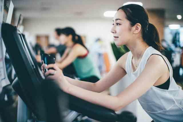 エアロバイクでダイエットする女性